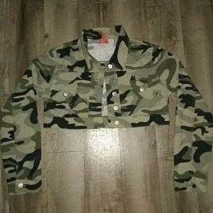 Very cute cropped camo jacket sz medium